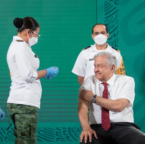 Presidente recibe segunda dosis de vacuna contra COVID-19