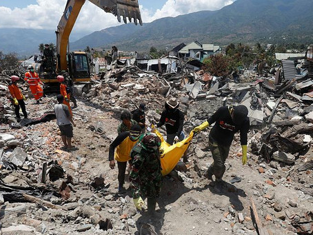 Sobrevivientes de terremoto en Indonesia vuelven a ponerse de pie