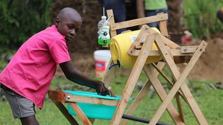 Niño keniano inventa máquina para lavar las manos