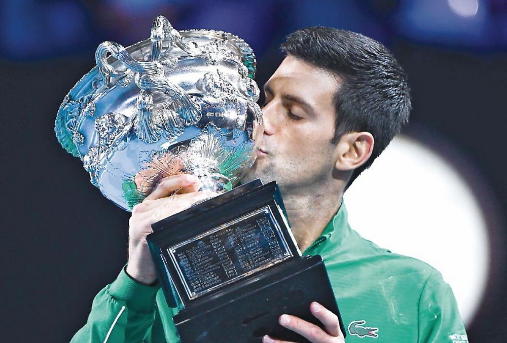 Novak Djokovic posa con su trofeo de campeón. AFP