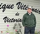Dr Gilles Morin devant la Clinique Vétérinaire de Victoriaville, sise au 545 Gamache