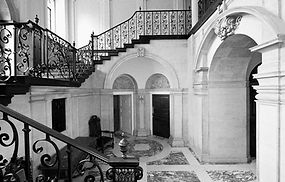 Edwin-Lutyens-Hemingway-House-staircase.jpeg