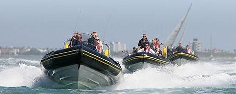 una caccia al tesoro su motoscafi al lago o al mare