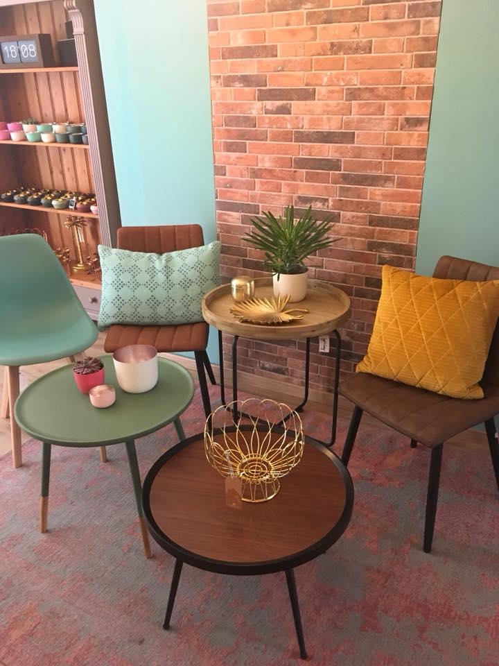 kleine Tische, Stühle, Kissen u.v.m.