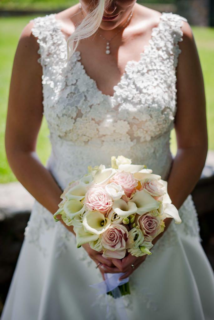 bouquet sposa con rose, calle e lisianthus