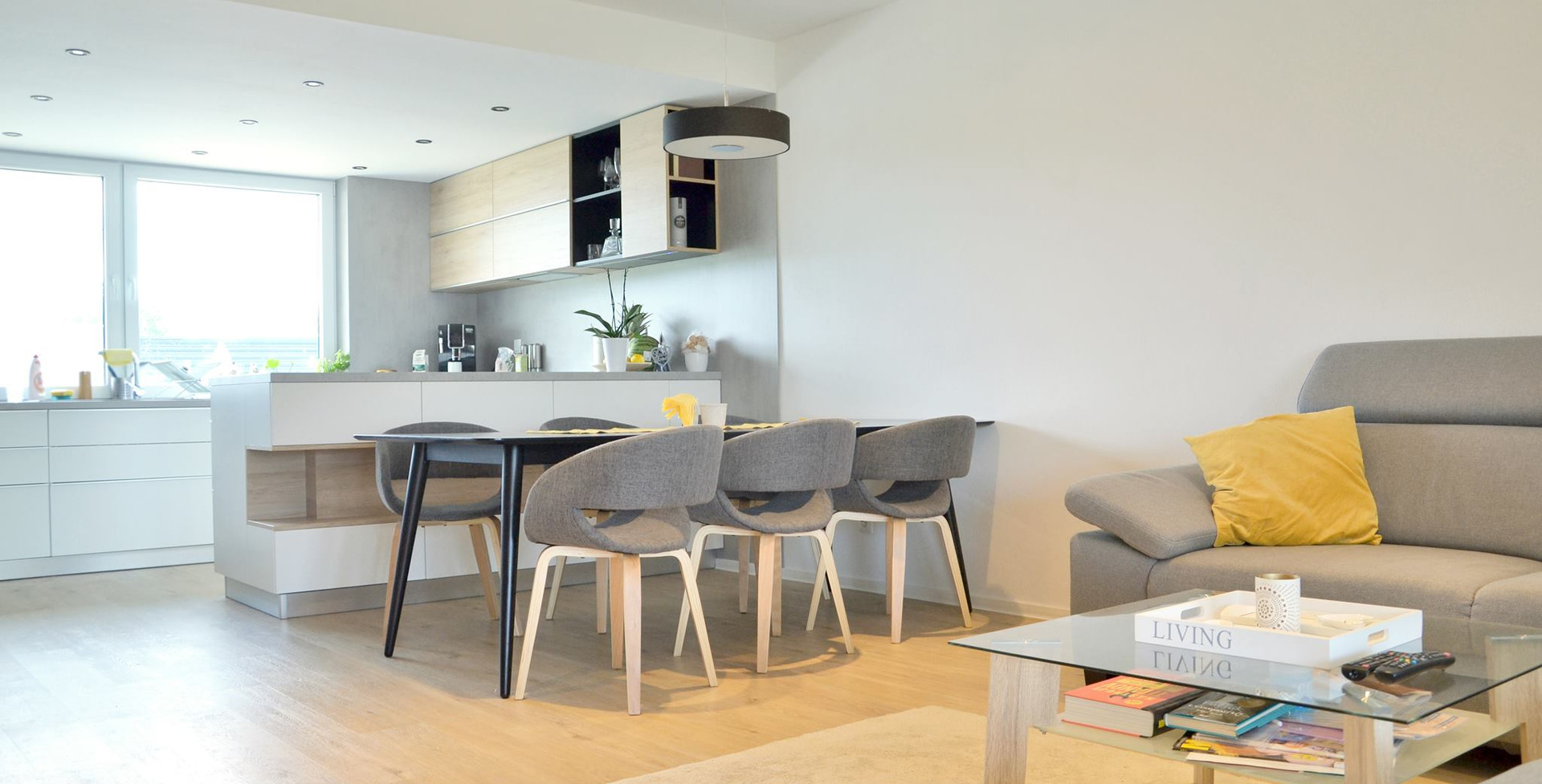 fotografie realizace: pohled z obývacího pokoje na kuchyň