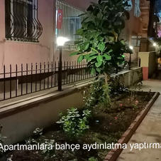 Bahçe aydınlatması yaptırılan bir apartm