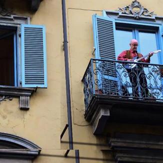 Siena: Singing from balconies