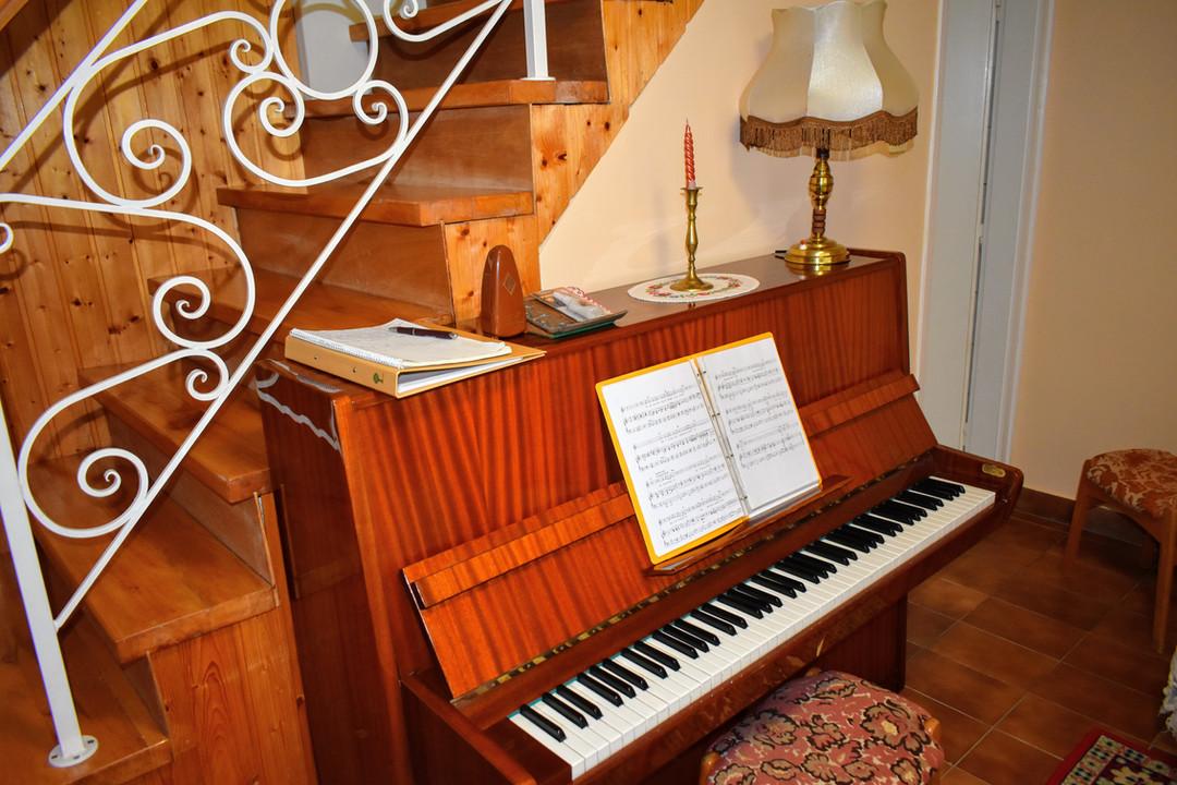 Zongora a nappaliban