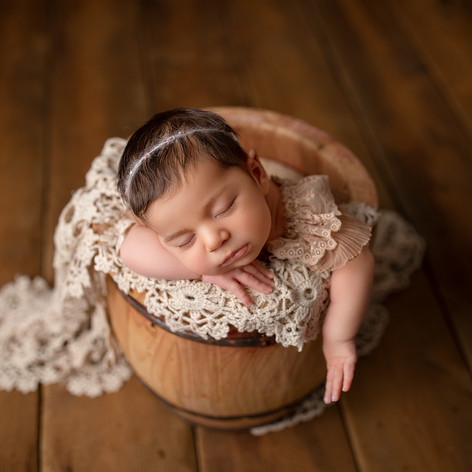 Neugeborenes Mädchen schläft im Honigfass