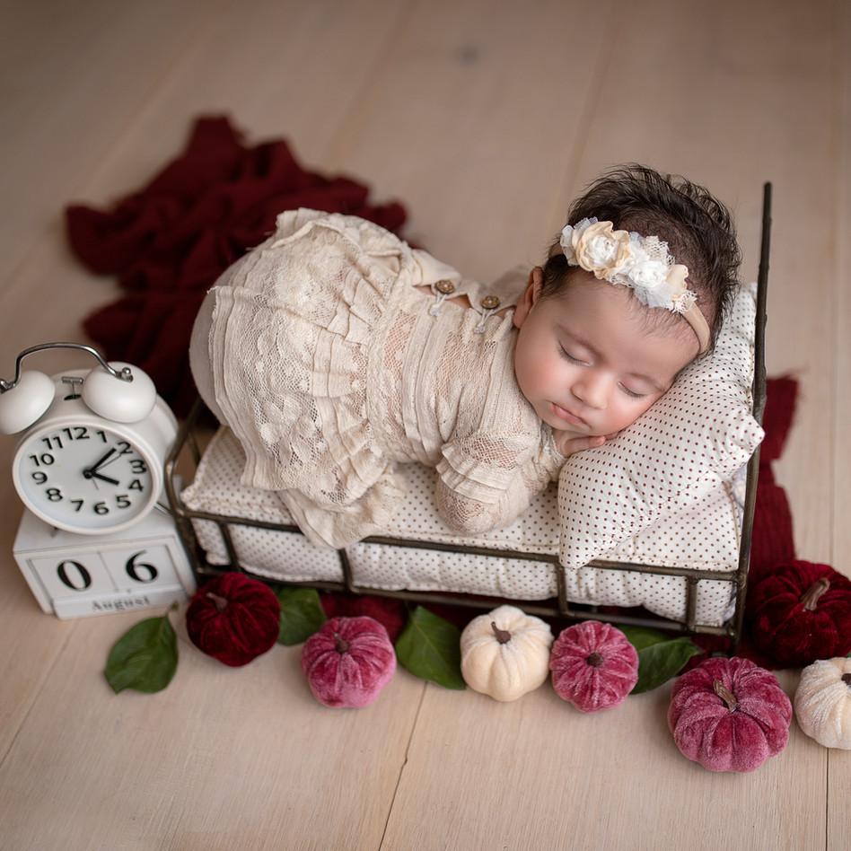 baby schläft auf dem bett