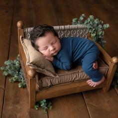 Neugeborenen Junge schläft im bett