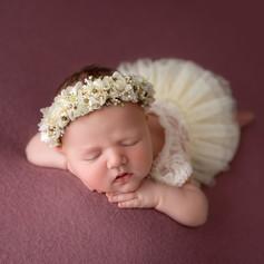 Neugeborenen Junge schläft im Sessel