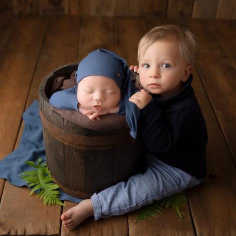 Neugeborenes Baby mit bruder