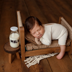 baby junge auf dem bett