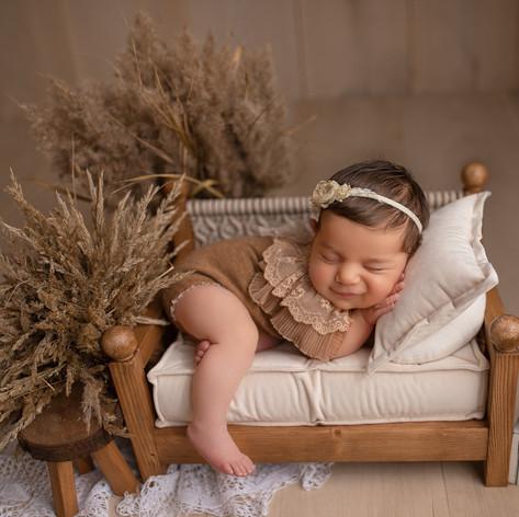 Baby schläft auf dem Bettchen in Boho styl