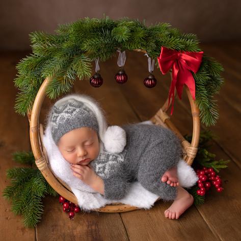 Baby als Geschenk in weihnachtsschale