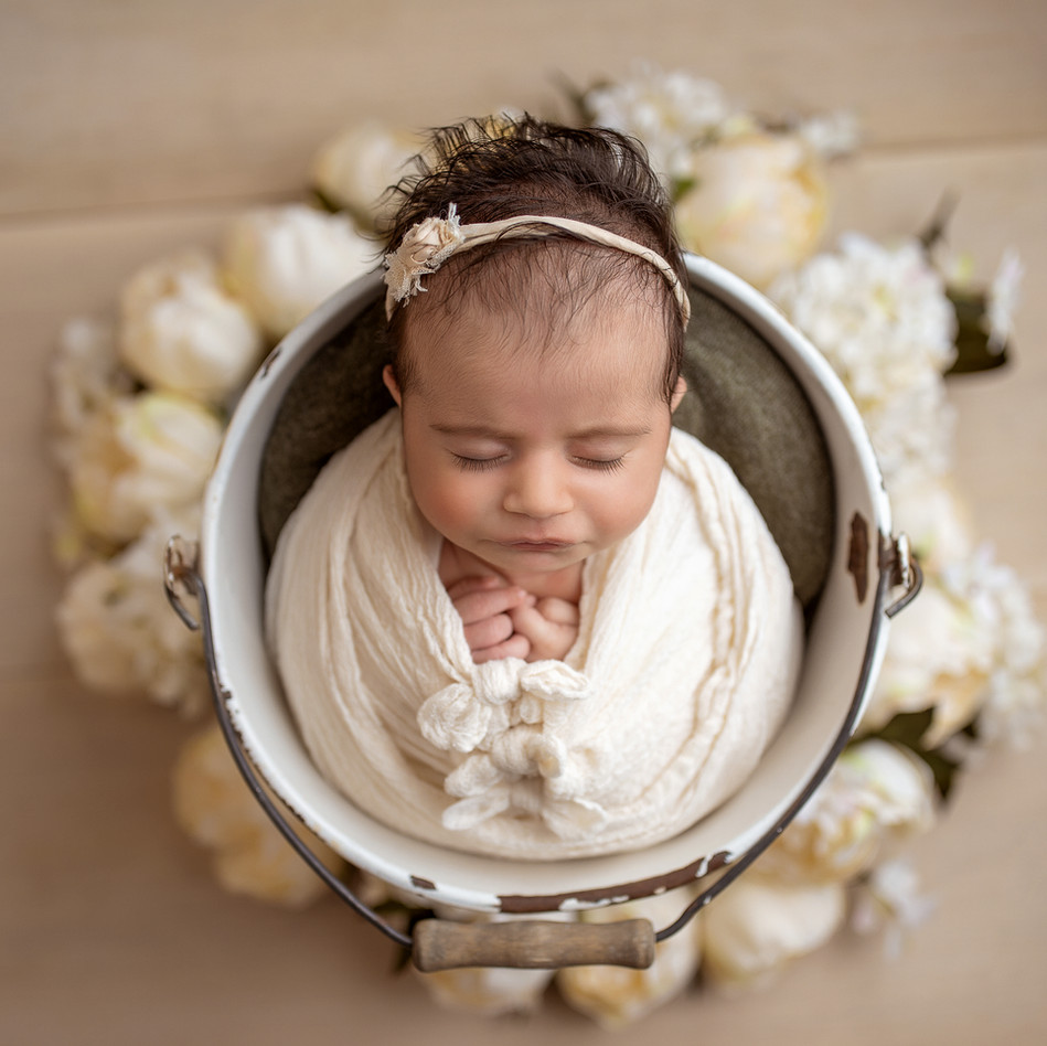 baby in einem eimer