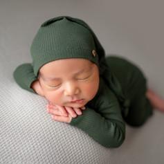 Neugeborenen Junge schläft grün