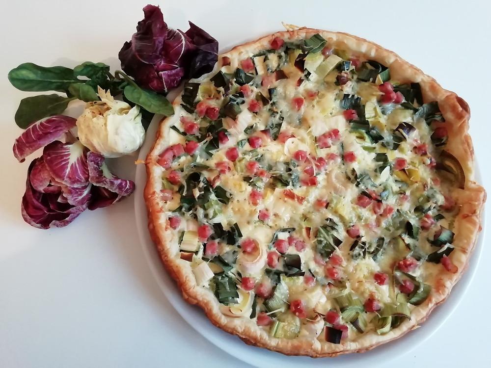 Laure Sapey - Naturopathe Lyon Grenoble | Quiche santé naturelle aux poireaux et jambon avec une salade de jeunes pousses