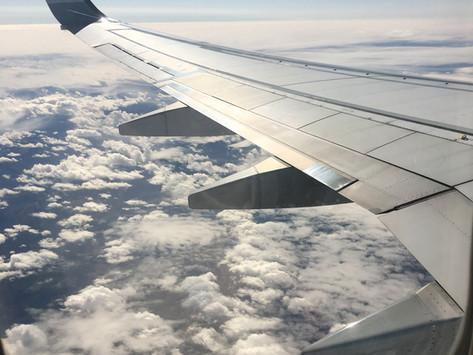 Ce să împachetezi pentru un zbor lung