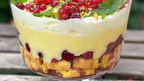 Trifle cu fructe, multă cremă de vanilie și frișcă