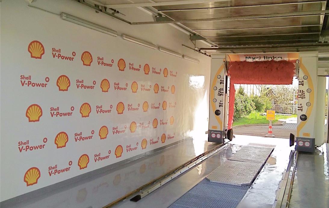 Automyčka Shell - logo na stěně