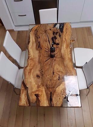 Stůl ze dřeva a epoxidu