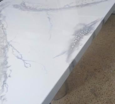 Stůl v imitaci mramoru.