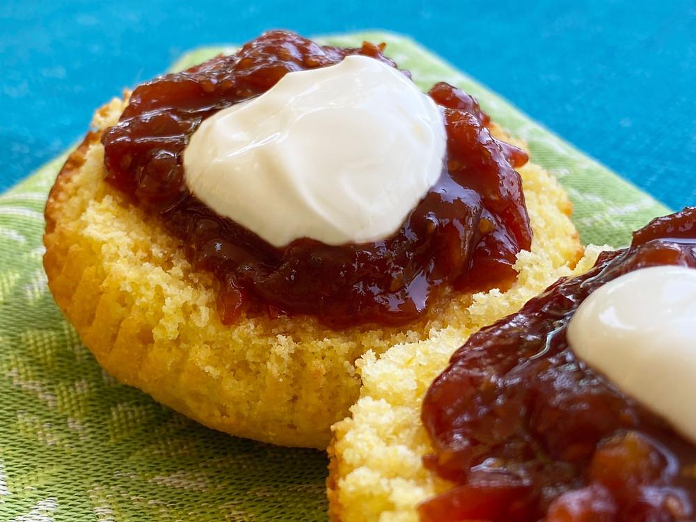 Corn muffin with tomato jam