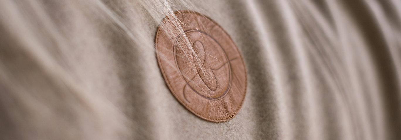 Edle Produkte für Pferd und Reiter - Merinoloden für kuschelige Deken, hoch funktionale Abschwitzdecken und Kleidung für den Reiter. Und als krönendes Detail unsere eleganten Reithandscuhe aus Leder.