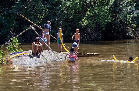 criancas-e-um-adulto-brincando-de-macarrao-no-lago.jpg