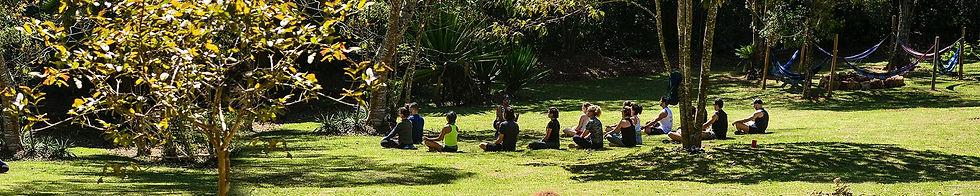 pessoas-meditando-ao-ar-livre.jpg