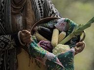 mulher-com-um-cesto-de-milho-e-verduras.jpg