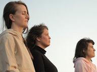 tres-mulhers-meditando-no-sol.jpg