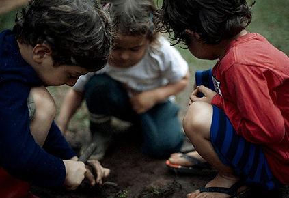criancas-brincando-na-terra-no-Voador.jpg
