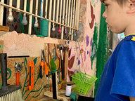 crianca-olhando-para-os-desenhos-na-parede.jpg