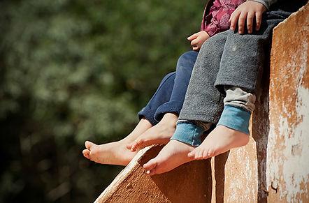 pes-de-criancas-balancando-descalcas.jpg