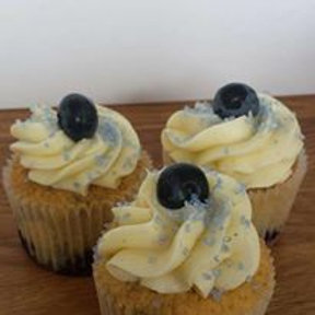 6 Almond and Blueberry Cupcakes