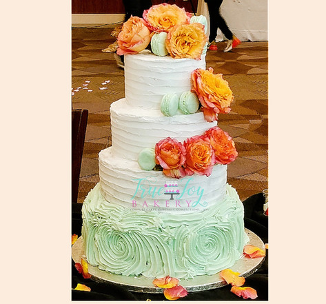 BUTTERCREAM WITH FRESH FLOWERS AND MACARONS