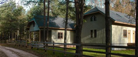 Koka paneļu kempinga māju komplekss.