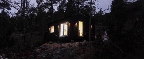 Koka paneļu māja ar dzīvojamo istabu, guļamistabu, wc un loftu.