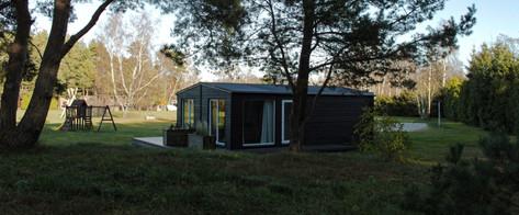 """Moduļu mājas ar vienu guļamistabu, atpūtas telpu, dušas telpu un terasi viesnīcas """"Jūrnieka ligzda"""" kompleksa pakalpojuma papildināšanai."""