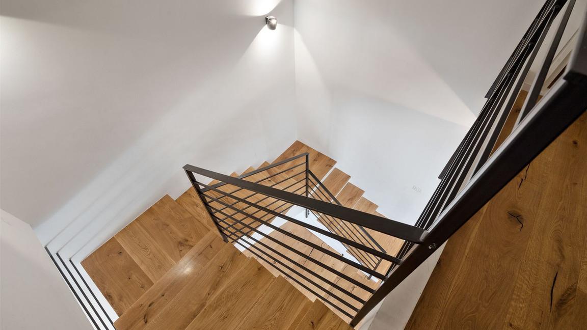 מדרגות מעץ ממעוף הציפור