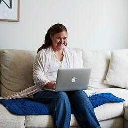 אישה יושבת על ספה עם מגן מושב.jpg