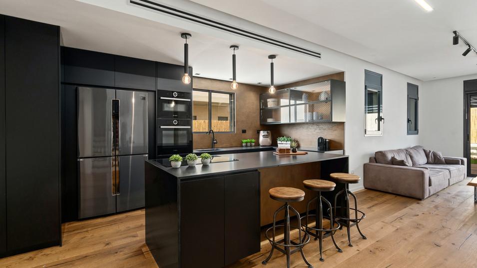 תמונה של המטבח כמרחב פתוח לחדר האורחים
