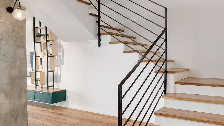 נגרות פנים - מדרגות מעץ שלובות ברזל