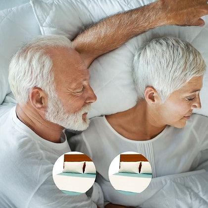 זוג קשישים ישנים בנחת על מגן מזרן זוגי של ברולי