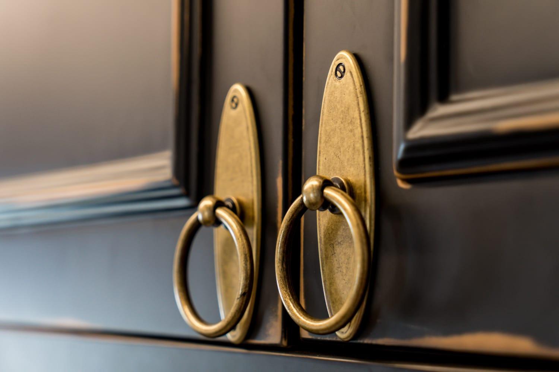 ידיות דלתות מטבח מסוגננות ומתאימות לסגנון האקלקטי