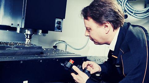 מהנדס מכונות cnc.jpg